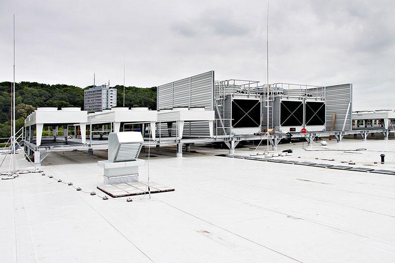 Verflüssiger auf dem Dach des Werks von Lindt & Sprüngli