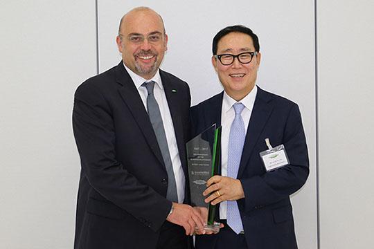 Gianni Parlanti, Chief Sales and Marketing Officer, und Keun Ok You, Geschäftsführer bei Sam Young, feiern 30 erfolgreiche Jahre