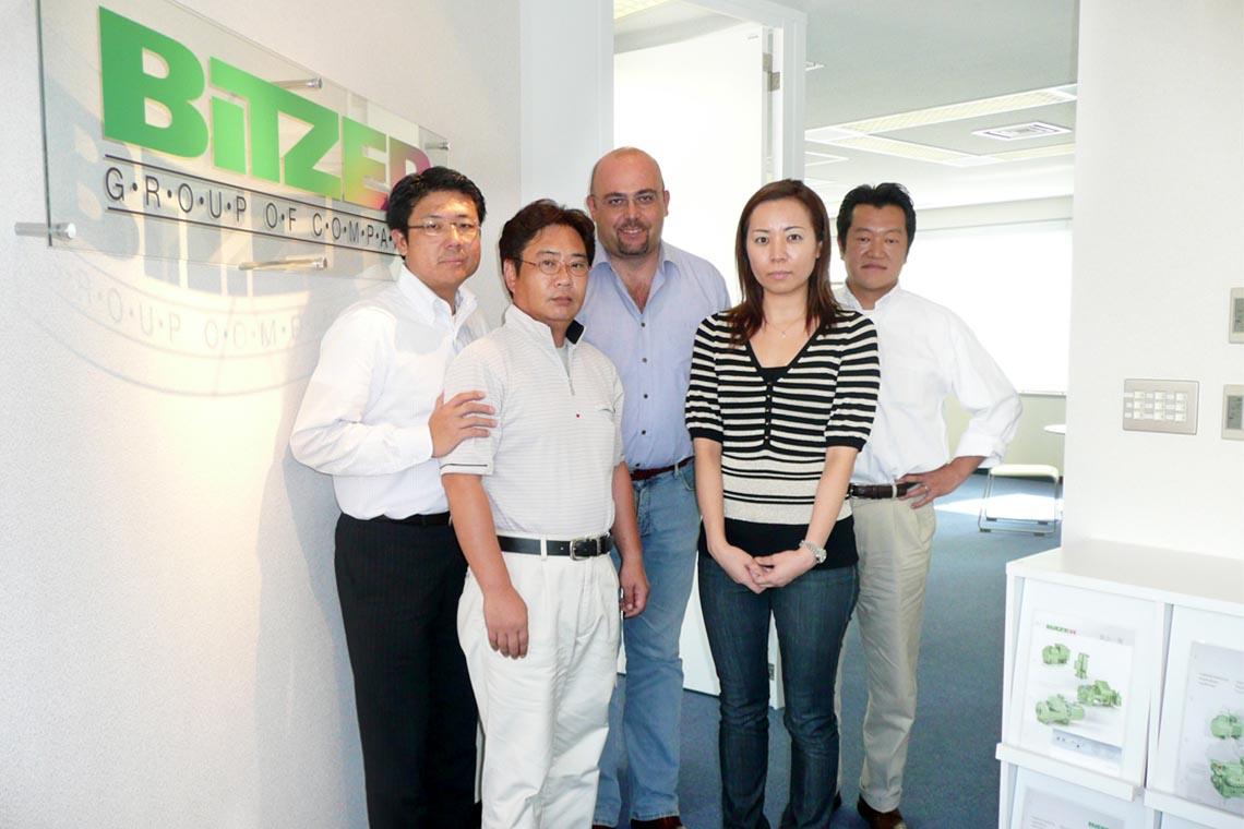 Vier Männer, darunter Gianni Parlanti, und eine Frau posieren für die Kamera