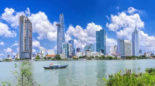 Wolkenkratzer in Saigon am Fluss mit zwei Türmen im Hintergrund