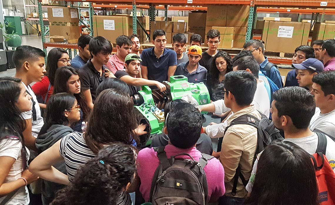 Studenten in Mexiko untersuchen einen BITZER Verdichter