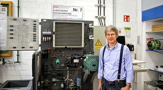 Dr. Michael Kauffeld, Professor an der Hochschule Karlsruhe - Technik und Wirtschaft, in seinem Labor mit Kälteanlage