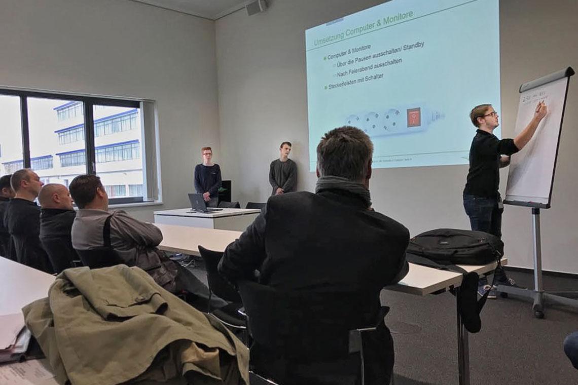 BITZER Azubis und zukünftige Energy Scouts hören einem Vortragenden beim Seminar in Rottenburg-Ergenzingen zu - Das Thema: Energieeffizienz