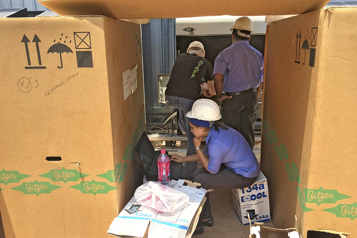 Prasadini Thamel, Ingenieurin bei der Iceman Group of Companies, und Jan Grübel, BITZER Market Sector Experte im Bereich Commercial Refrigeration, installieren einen BITZER ECOSTAR in Sri Lanka
