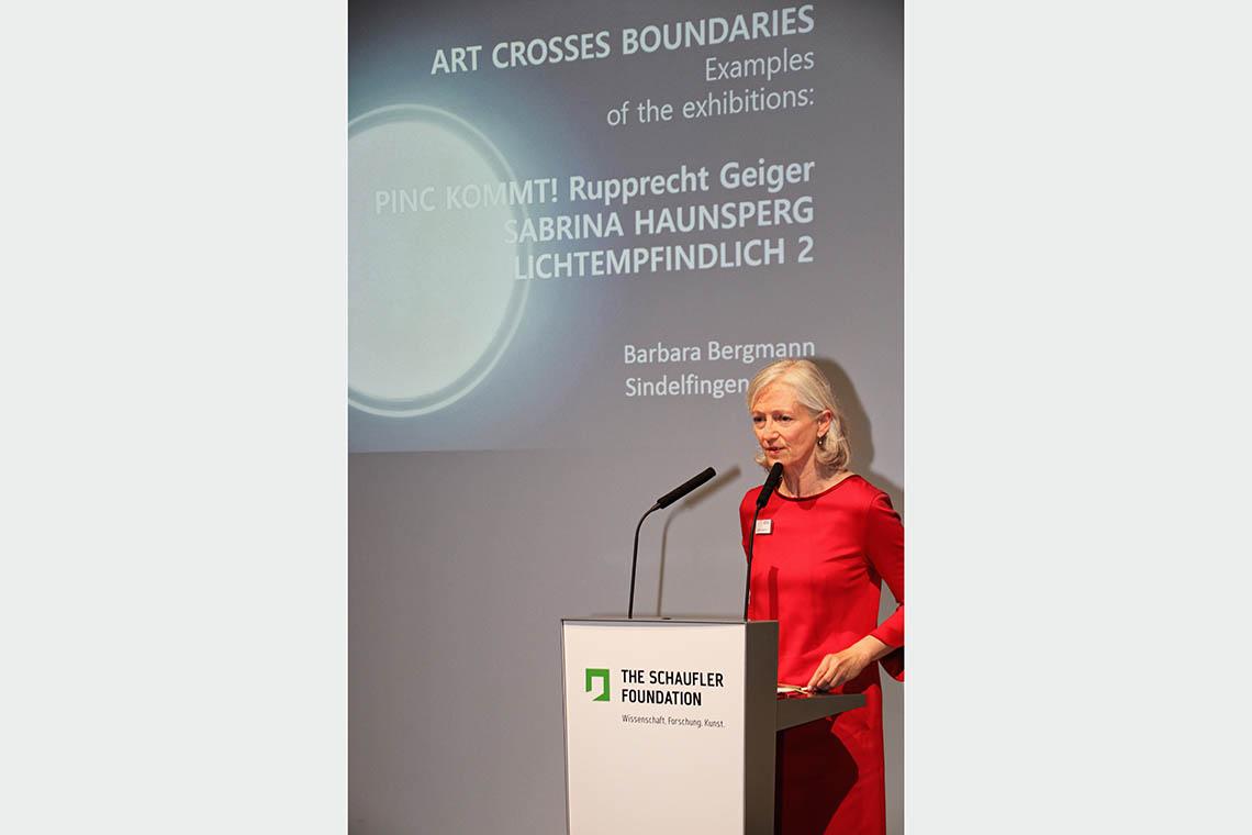 """Barbara Bergmann, Mitglied des Vorstands der THE SCHAUFLER FOUNDATION und Direktorin des SCHAUWERK Sindelfingen, sprach über """"Art crosses Boundaries"""""""