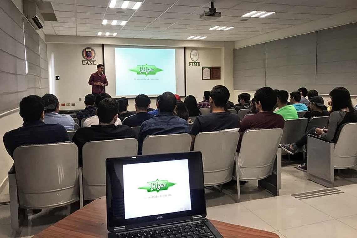 机电工程学院(FIME)的学生正在聆听比泽尔演讲