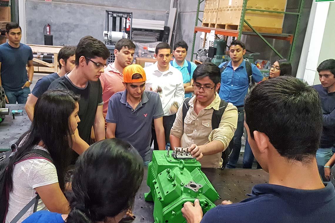墨西哥学生正在分析一台比泽尔活塞式压缩机