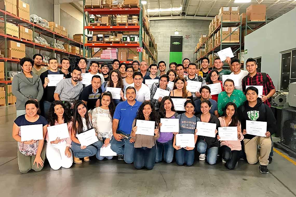 Mexikanische Studenten mit ihren BITZER Zertifikaten. Insgesamt haben 75 Studenten an den BITZER Fortbildungen im Jahr 2017 teilgenommen