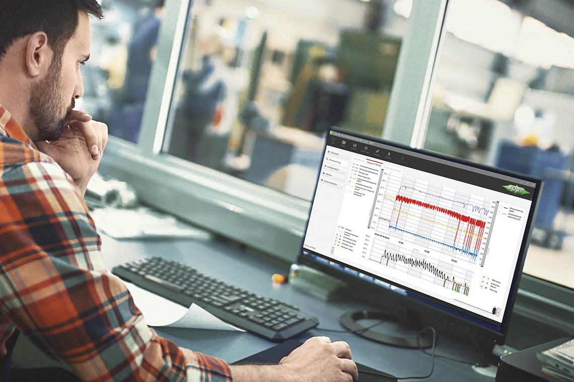 Mann sitzt vor Laptop und arbeitet mit BEST Software
