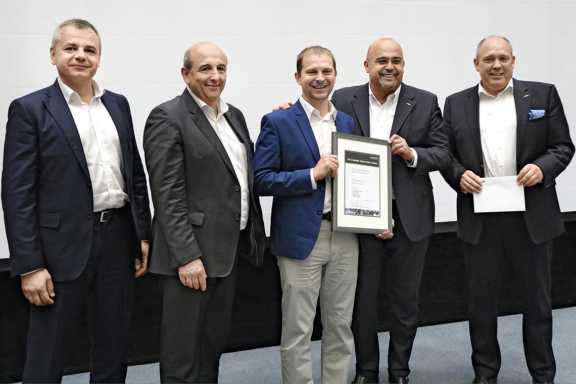 Die BITZER Vorstandsmitglieder Gianni Parlanti und Rainer Große-Kracht überreichen gemeinsam mit Philippe Maratuech und Denis Timokhin die Auszeichnung zum Outstanding Green Point Award an Sergei Demidov von Thermocool